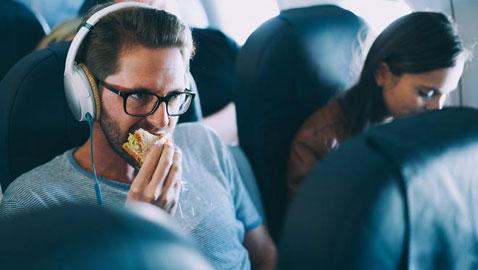 لا تتناولوا تلك الأطعمة على الطائرة، لراحتكم وراحة من حولكم !