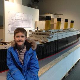 صبي مصاب بالتوحد يبني نموذجا لسفينة التايتانيك من مكعبات الليغو