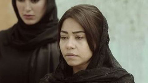 بالصور: شيرين عبد الوهاب تكسر هاتف صحفية صوّرت عزاء والدها