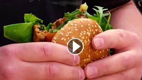 فيديو غريب: برغر حشري بطعم الديدان