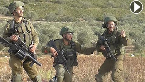 بالفيديو.. جنود إسرائيليون يحتفلون باطلاق النار على فلسطيني