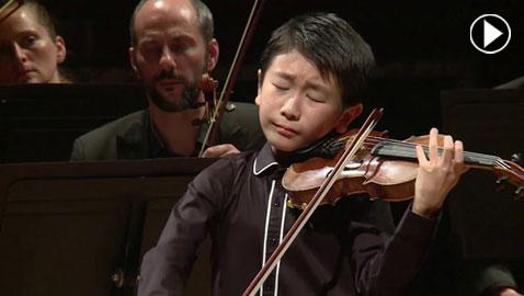 فيديو وصور.. عازف الكمان كريستيان لي أصغر فائز بجائزة مينوهين الموسيقية