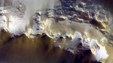 صورة مدهشة للجليد على سطح المريخ
