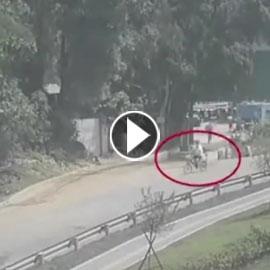 فيديو مرعب: رافعة تسحق شاحنة على طريق عام في حادث رهيب!