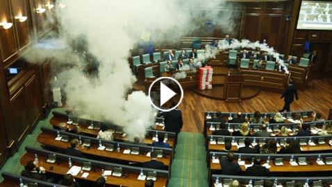بالفيديو: المعارضة في برلمان كوسوفو تطلق غازا مسيلا للدموع