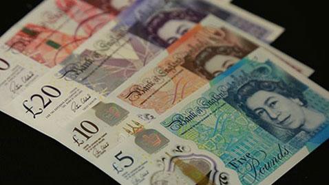 صور اول أوراق نقدية بتصميم طولي في بريطانيا