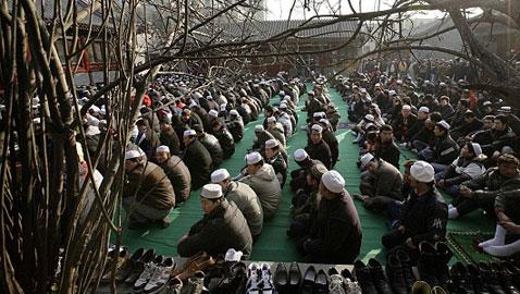 اعتقال مسلمي الصين وتعذيبهم واجبارهم على أكل لحم الخنزير وشرب الكحول