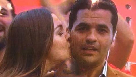 صور مشجعة روسية حسناء تفاجئ مراسل مصري وتقبّله على الهواء!