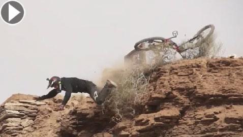 سقوط مؤلم لمغامر على دراجة جبلية من أعلى هضبة صخرية! فيديو