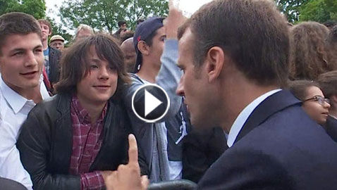 ماكرون يوبخ صبيا بعد أن خاطبه بشكل غير رسمي: قل لي سيدي الرئيس