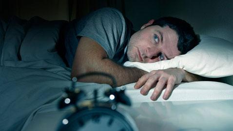 هل تستيقظ في الليل دون ارادتك؟! اليك الأسباب..