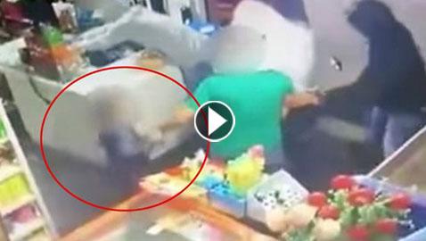 الفيديو: طفل شجاع يخاطر بحياته لإنقاذ والده من يد لصوص هددوه بالمسدس