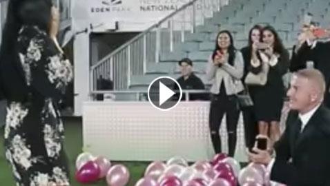 بالفيديو والصور: طلب يد فتاة أحلامه بعرض زواج خيالي!