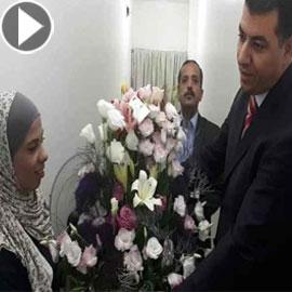 بالفيديو: وزير أردني يعتذر لعاملة نظافة ويقدم لها باقة من الورود