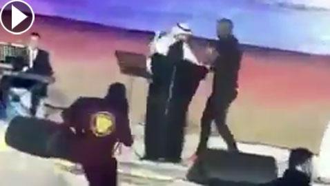 فيديو صادم: فتاة تقتحم مسرح عكاظ وتحتضن ماجد المهندس والشرطة تعتقلها