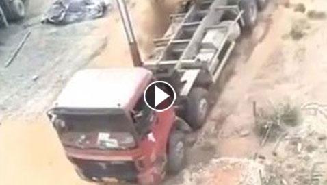 فيديو مروع.. شاهدوا أبشع حوادث زيادة حمولة الشاحنات