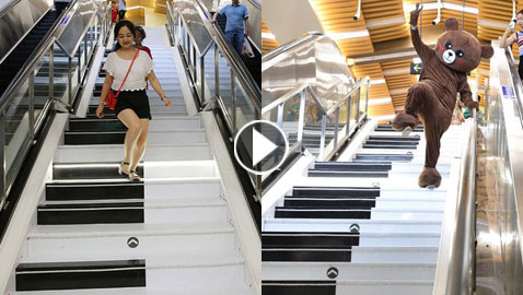 سلم كهربائي على هيئة بيانو يعزف النغمات عندما يمشي المارة عليه