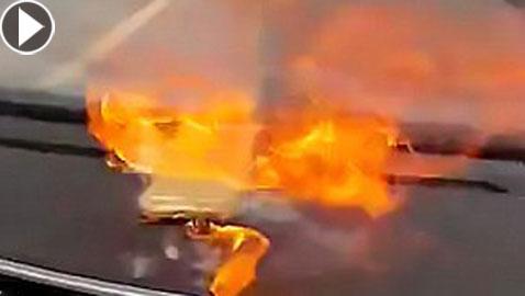 بالفيديو.. انفجار آيفون مرتين داخل سيارة بسبب بطارية مزورة!