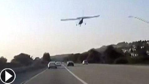 هبوط اضطراري لطائرة على طريق عام مزدحم بسبب عطل بالمحرك!