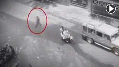 فيديو مخيف.. شبح يتجول في أحد شوارع الفلبين يدب الرعب في قلوب السكان