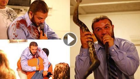 بالفيديو والصور..قسيس تحدى أفعى فلدغته أثناء موعظته بالكنيسة