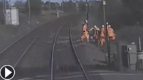 فيديو يحبس الأنفاس: عمال ينجون من موت محقق بفارق ثانية