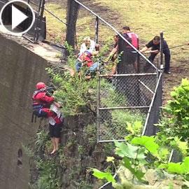فيديو عملية إنقاذ رجل غامر بحياته لاستعادة هاتفه الذي سقط في نهر !!