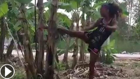 فيديو مدهش.. فتاة تكسر شجرة موز بقدمها!