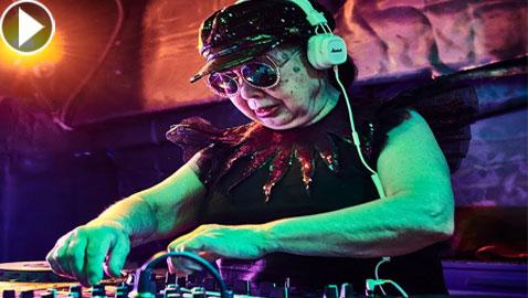 بالفيديو والصور: يابانية عمرها 83 عاما تعمل DJ ودخلت موسوعة (غينيس)