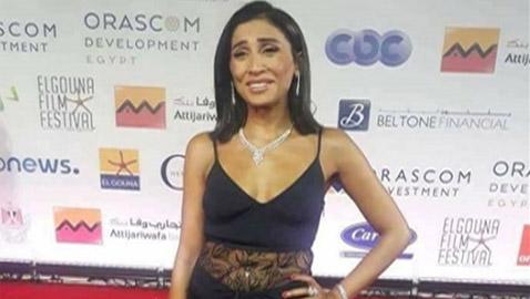 لماذا ظهرت دنيا الشربيني حبيبة عمرو دياب باطلالة (بشعة) سخر منها الجمهور؟