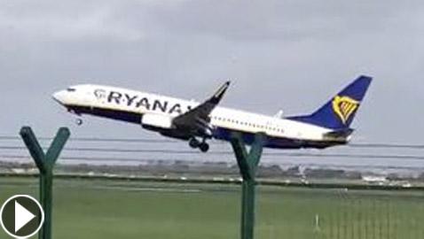 بالفيديو.. لحظات مرعبة لطائرة أخفقت بالهبوط بسبب عاصفة قوية في دبلن