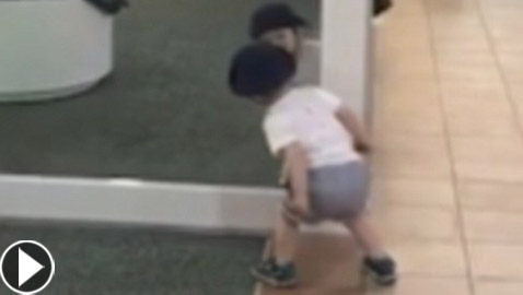 اضحك مع براءة الاطفال: فيديو طريف لطفل يحاول إمساك انعكاسه بالمرآة
