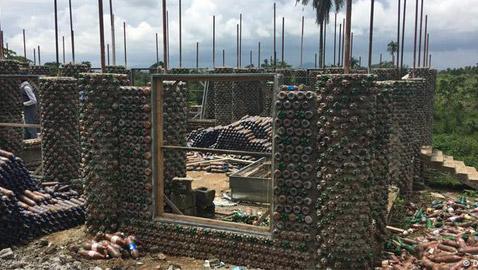 بالصور: بناء منزل من الرمل وقناني البلاستيك الفارغة في نيجيريا