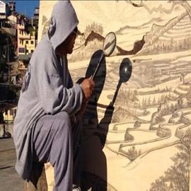بالفيديو والصور.. فنان مبدع يرسم لوحاته بضوء الشمس