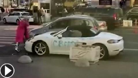 فيديو صادم.. شقراء تحطم سيارة (بورش) ثمينة بواسطة فأس بأوكرانيا!