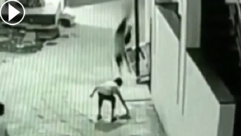 بالفيديو.. طفل ينجو بأعجوبة من الموت بعد سقوطه من ارتفاع 12 مترا!