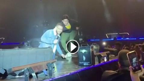 فيديو سقوط أحمد زاهر على المسرح امام الجمهور في حفل تامر حسني