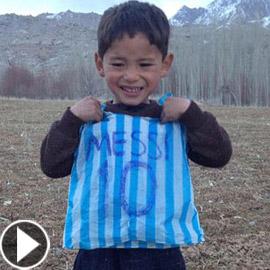 حركة طالبان تهدد الطفل الأفغاني مرتضى عاشق ميسي!