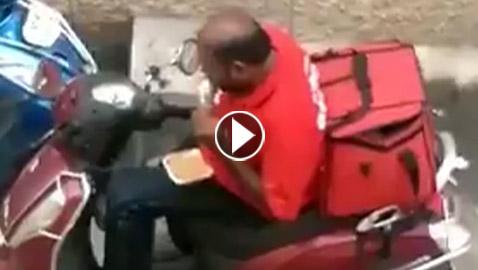 فيديو صادم يرصد تصرف مشين لعامل توصيل يأكل من طعام الزبائن!