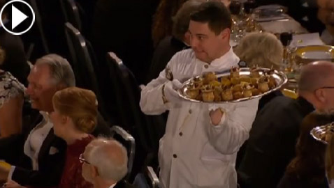فيديو طريف لنادل ليتواني يخطف الأضواء في مأدبة عشاء حفل جوائز نوبل