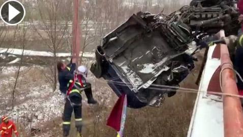 سائق يعلق في شاحنته على حافة جسر مرتفع بعد حادث سير مروع