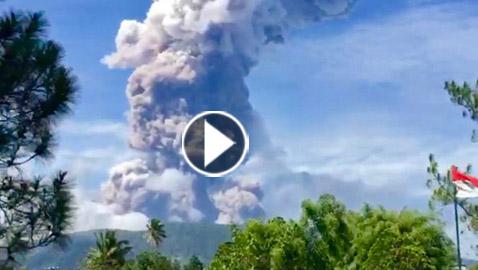 بالفيديو والصور.. ثوران بركاني مخيف في اندونيسيا