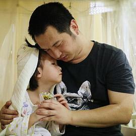 صور تفطر القلوب! صيني يتزوج من ابنته الصغيرة المريضة ليحقق حلمها!