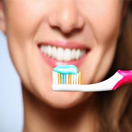 8 أطعمة عليك تنظّيف أسنانك فورا بعد أكلها...