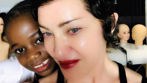 بالصورة.. إطلالةٌ مختلفة لمادونا مع ابنتها السمراء