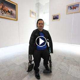 الشاب المعجزة.. تحدّى الإعاقة أبدع في رسم لوحاته