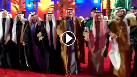بالفيديو: خادم الحرمين الشريفين الملك سلمان يؤدى رقصة العرضة السعودية