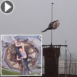 راقصة روسية تستعرض مهاراتها بمجازفة جريئة على قمة برج شاهق!