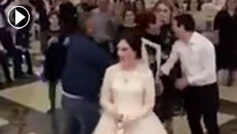 فيديو طريف: عراك بين فتاتَيْن على باقة زهور العروس