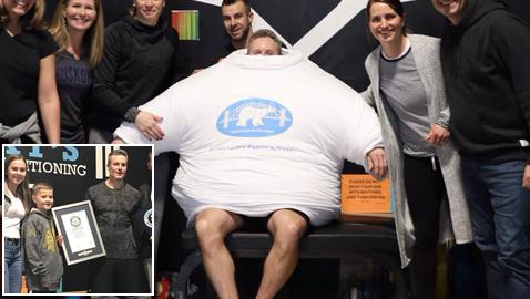 بالصور: رجل يدخل غينيس لإرتدائه أكبر عدد من التيشيرتات